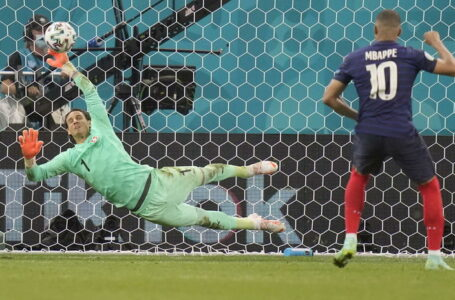 epa09309703 Goalkeeper Yann Sommer (L) of Switzerland saves the kick from Kylian Mbappe of France during penalty shoot-out in the UEFA EURO 2020 round of 16 soccer match between France and Switzerland in Bucharest, Romania, 28 June 2021.  EPA/Vadim Ghirda / POOL (RESTRICTIONS: For editorial news reporting purposes only. Images must appear as still images and must not emulate match action video footage. Photographs published in online publications shall have an interval of at least 20 seconds between the posting.)  Dostawca: PAP/EPA.